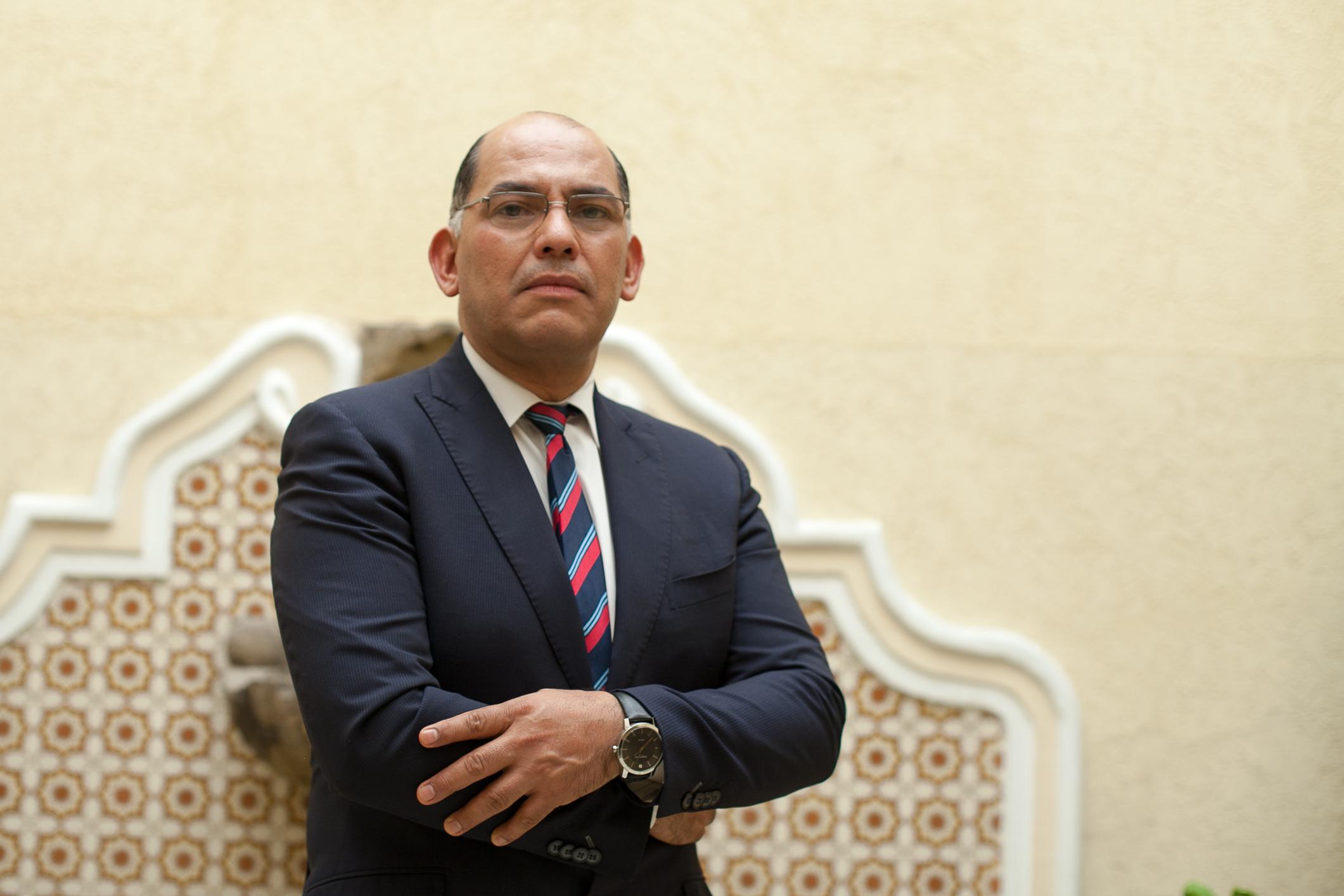 Doctor Sergio López Ruelas, Coordinador de Bibliotecas de la Universidad de Guadalajara, posando para toma de fotografía.