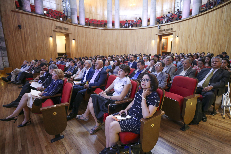 """Público asistente a la conferencia  magistral """"Asia-Pacific in the XXI century""""; llevada a cabo en el Paraninfo Enrique Díaz de León."""