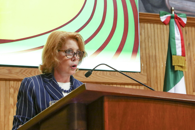 Doctora Jocelyne Suzanne Pierrette Gacel, en podium del evento, haciendo uso de la palabra.