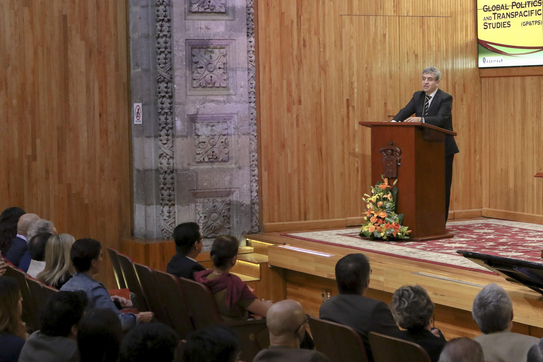 Doctor Héctor Raúl Solís Gadea, Rector del CUCSH, en podium del evento haciendo uso de la palabra.