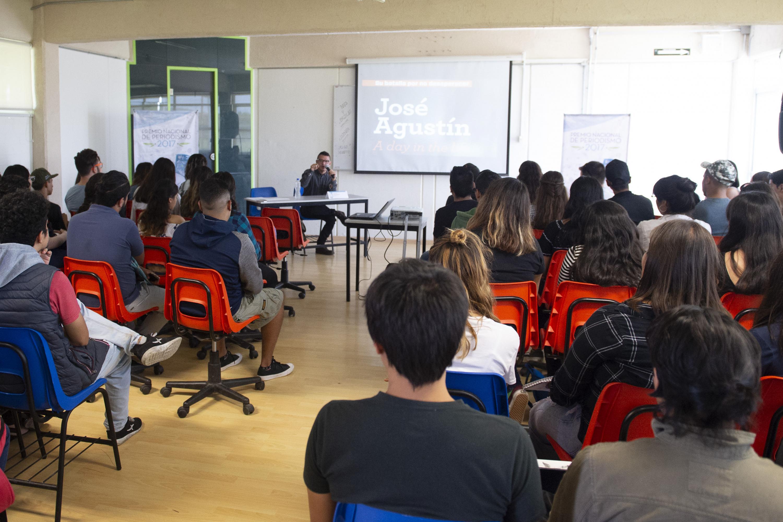 El conferencista se presento en un salon de CUCIENEGA y asistieron los estudiantes de periodismo