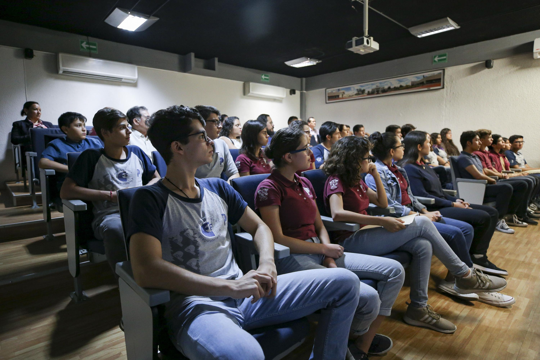 Alumnos de la Preparatoria 5, de la Universidad de Guadalajara (UdeG) reconocidos durante ceremonia; por haber cursado 480 horas del programa de Inglés, ofertado por el Sistema Corporativo Proulex Comlex.
