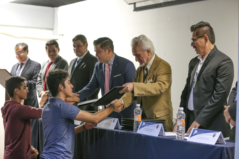 Director de la Preparatoria 5, maestro José Manuel Jurado Parres, haciendo entrega de reconocimientos a estudiantes.