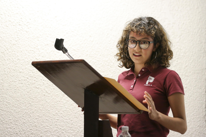Alumna de la Preparatoria 5 de la UdeG y acreedora a reconocimiento, ofreciendo unas palabras desde el estrado.