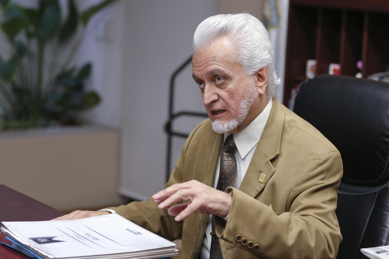 Maestro José Manuel Jurado Parres, Director de la Preparatoria 5 de la UdeG, participando en entrevista.