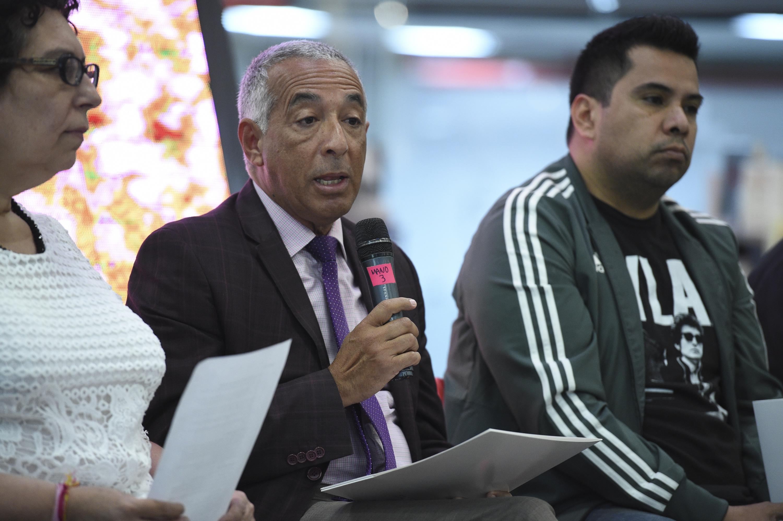 el doctor Ricardo Xicoténcatl García Cauzor lee los resultados del Concurso de Cuento