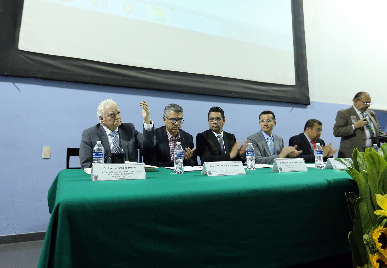 El doctor Horacio Padilla Muñoz levanta la mano en señal de agradecimiento