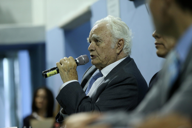 El doctor Horacio Padilla hablando al microfono durante el evento