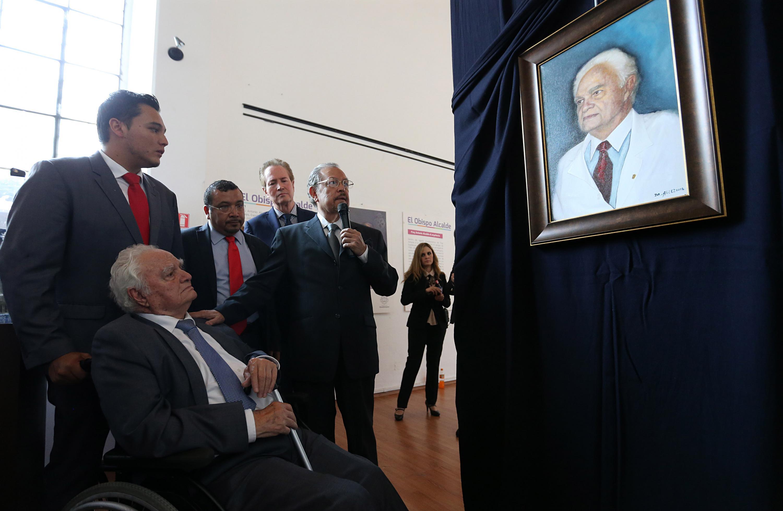 al doctor Horacio Padilla observa desde su silla de ruedas el retrato presentado