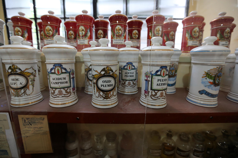 Algunos envases antiguos con material medico