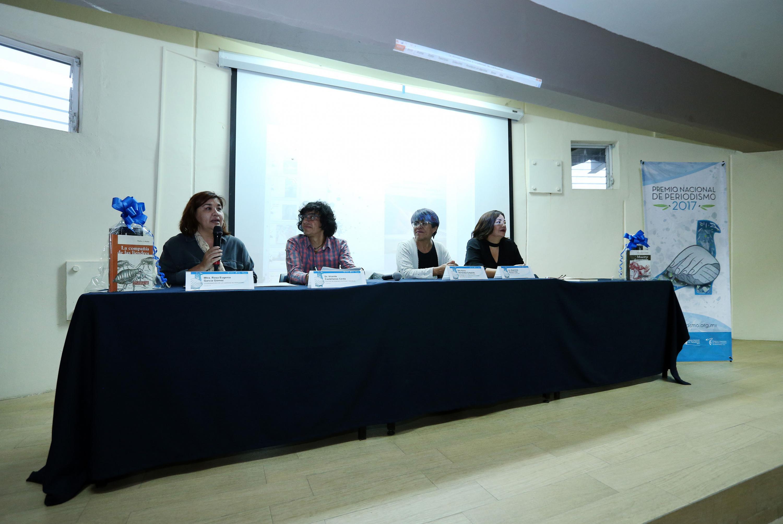 Maestra Rosa Eugenia García Gómez, Coordinadora de la Carrera de Periodismo del CUSur, haciendo uso de la palabra.