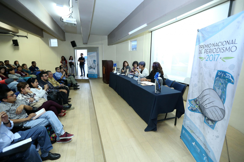 Miembros del presídium, presentando el libro -Las informadoras. Mujeres periodistas mexicanas en Guadalajara- en las instalaciones del Centro Universitario del Sur (CUSur).