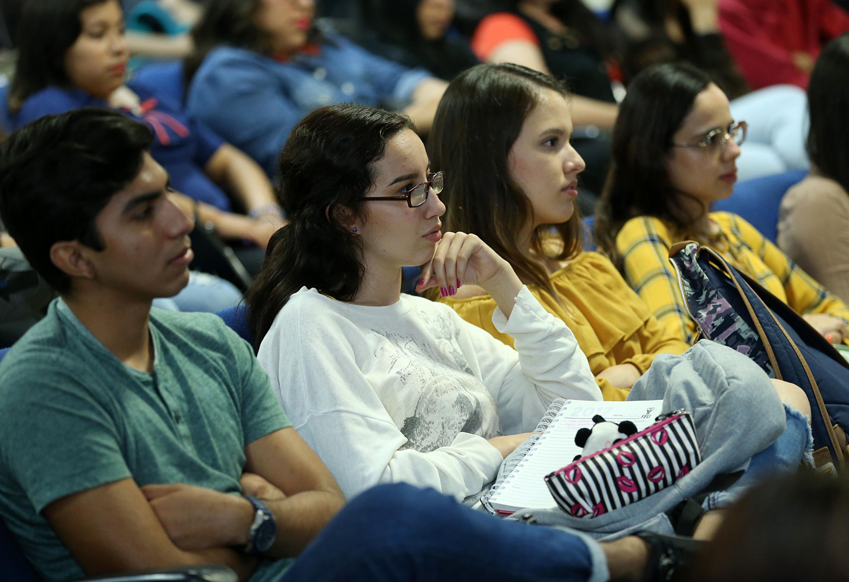 Estudiantes de la licenciatura en Periodismo del Cusur, asistentes a la presentación del libro.