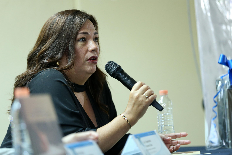 Esperanza Romero Díaz, periodista tapatía, participando en la presentación del libro.