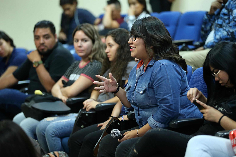 Estudiante del Centro Universitario del Sur, realizando preguntas a los miembros del presídium.