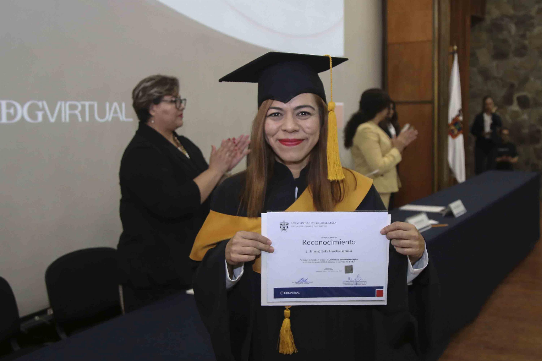 Una estudiante de la Licenciatura de Periodismo Digital muestra su reconocimiento