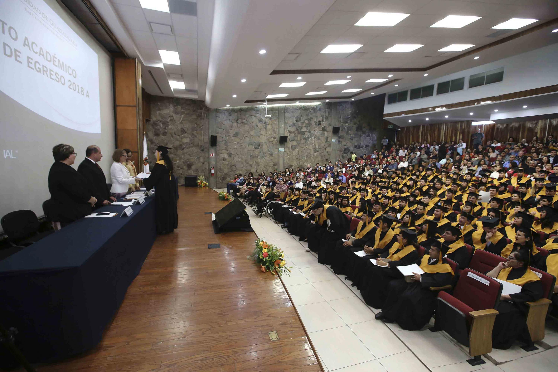 El Auditorio Salvador Allende del Centro Universitario de Ciencias Sociales y Humanidades se vio lleno durante la ceremonia de graduación
