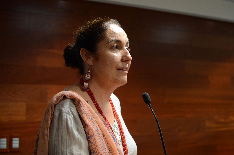 Doctora Bárbara Vizmanos Lamotte, Coordinadora de Investigación, en podium del evento haciendo uso de la palabra.