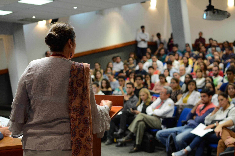 Doctora Bárbara Vizmanos Lamotte, Coordinadora de Investigación, encabezando el evento.