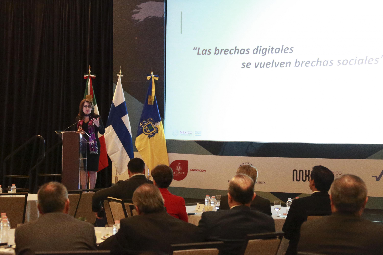 """Coordinadora Nacional del Programa """"México Conectado"""" y Vicerrectora Ejecutiva de la Universidad de Guadalajara, doctora Carmen Rodríguez Armenta, haciendo uso de la palabra"""
