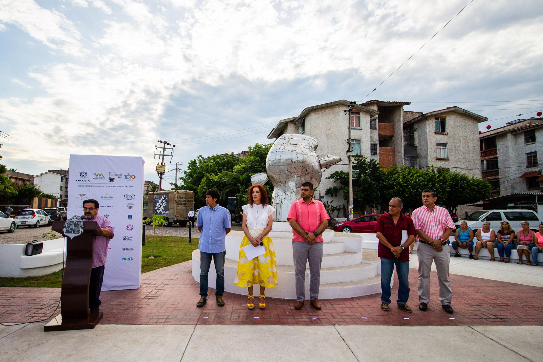 El rector de CUCOSTA durante la ceremonia de presentación de una escultura urbana