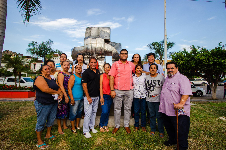 El rector de Cucosta se tomo una foto con todos los presentes en el momento de la presentacion