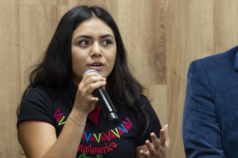 Evelin Naomi Samaniego Serra, haciendo usod em la palabra durante rueda de prensa
