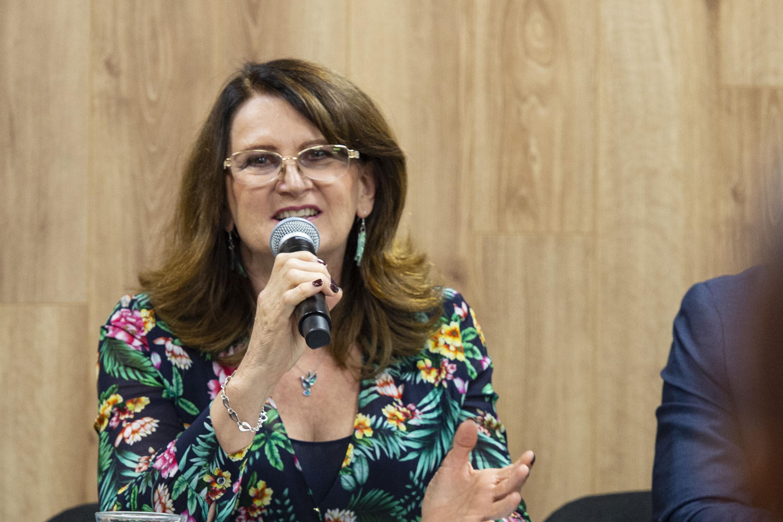 Licenciada Coordinadora de Difusión y Extensión del Sistema de Educación Media Superior (SEMS), de esta Casa de Estudio, licenciada Lilia Mendoza Roaf, haciendo uso de la palabra