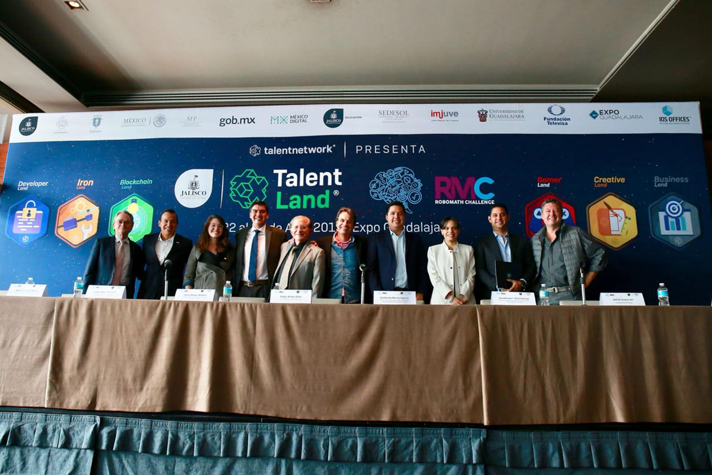 Organizadores del encuentro Talent Land en su edición 2019, posando para toma de fotografía durante rueda de prensa.