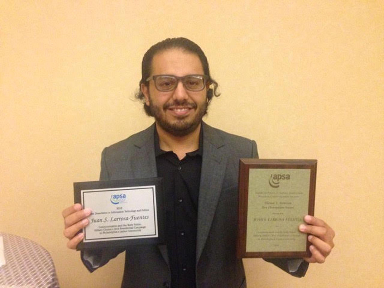 Juan S. Larrosa Fuentes, mostrando su Doble reconocimiento recibió el investigador de tiempo completo de UDGVirtual, por parte de la Asociación Americana de Ciencia Política (APSA por sus siglas en inglés).