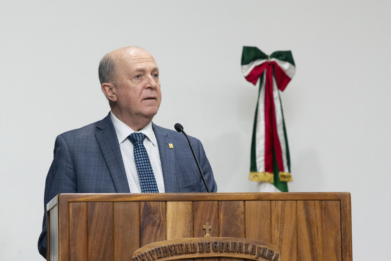 El doctor Miguel Ángel Navarro Navarro en el podio hizo la inauguración oficial