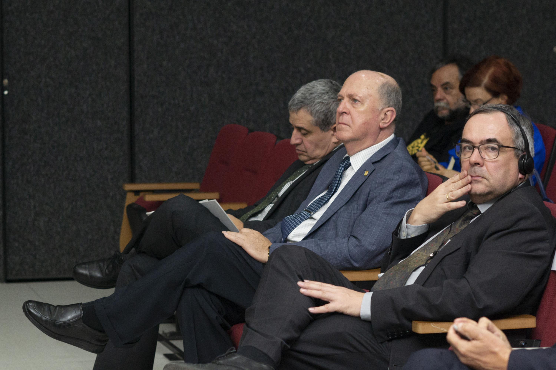 El doctor Miguel Ángel Navarro Navarro sentado en la primera fila del auditorio durante la conferencia