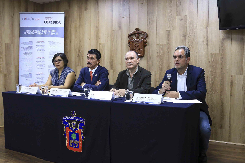 Profesor del CUAAD, maestro Diego Vergara, haciendo uso de la palabra durante rueda de prensa