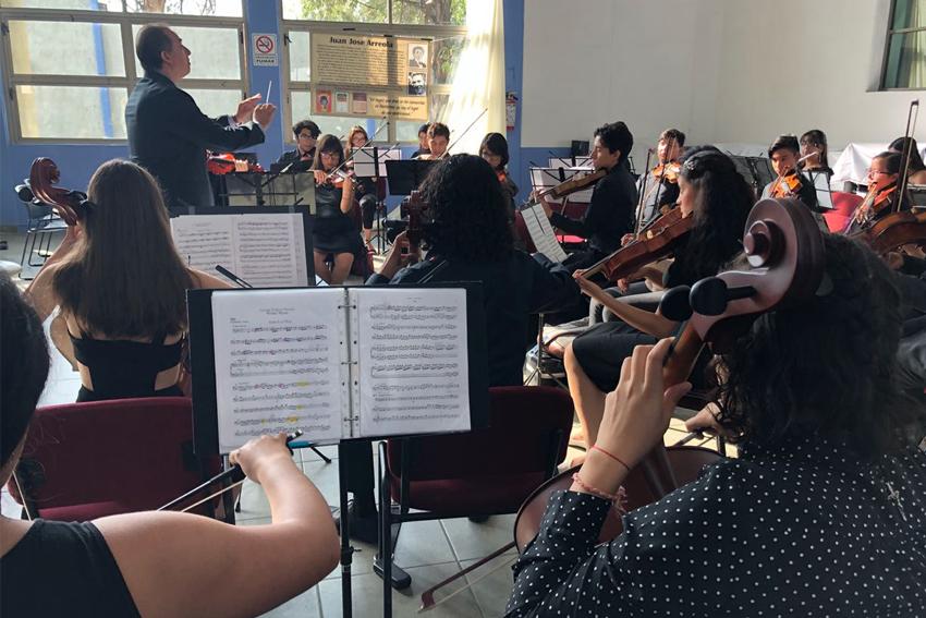 Orquesta conformada por bachilleres intrerpretando diferentes piezas musicales, durante el primer Encuentro de Orquestas; en instalaciones de la Biblioteca Fernando del Paso de la Preparatoria 8 de la Universidad de Guadalajara.