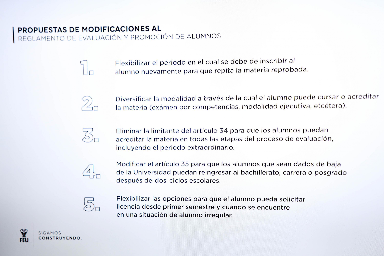 Propuestas de modificaciones al reglamento de evaluación y promoción de alumnos, mostradas en una pantalla durante la rueda de prensa