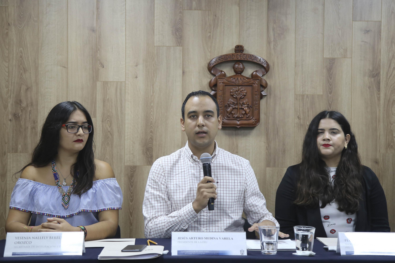 Presidente de la FEU, Jesús Arturo Medina Varela, haciendo uso de la palabra durante rueda de prensa