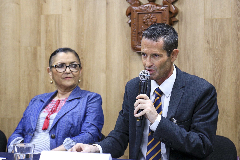 Decano de Diseño, Ciencia y Tecnología de la UAG, maestro Joel García Ornelas, haciendo uso de la palabra durante rueda de prensa