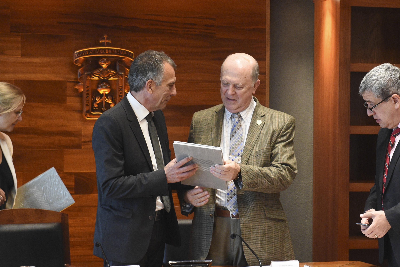 Doctor Gerhard Sagerer, Rector de la Universidad de Bielefeld, entregando un libro como regalo al doctor Miguel Ángel Navarro Navarro, Rector General de la UdeG.