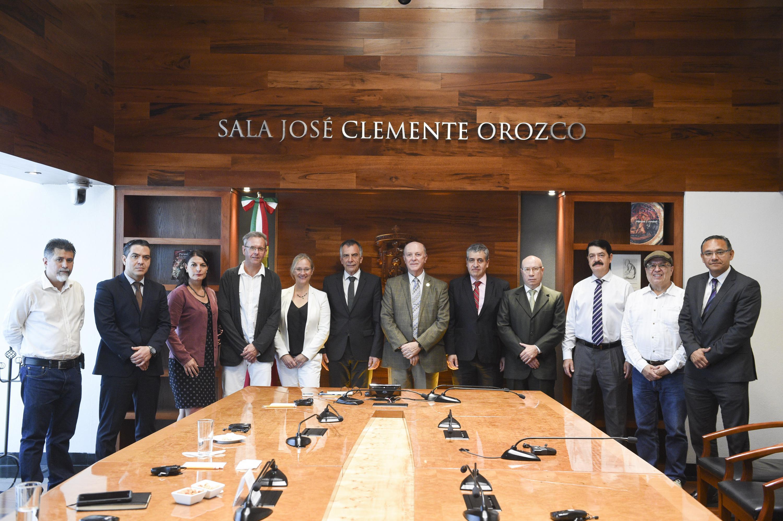 Máximas autoridades universitarias de la Universidad de Guadalajara y de la Universidad de Bielefeld en Alemania; reunidos en la Sala Clemente Orozco de Rectoría General.
