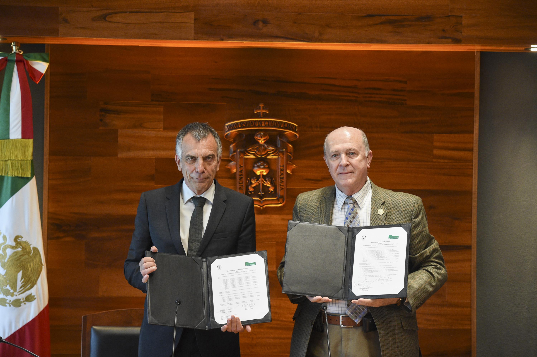 Doctor Miguel Ángel Navarro Navarro, General de la UdeG y doctor Gerhard Sagerer, Rector de la Universidad de Bielefeld; mostrando los convenios firmados de colaboración.