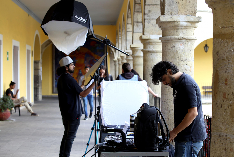 Estudiantes del CUAAD realizando una practica de fotografia