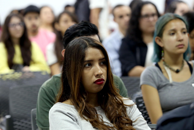 Una estudiante presente en las conferencias