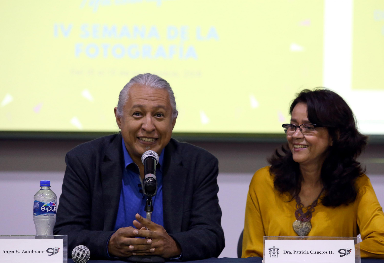 Jorge E. Zambrano y la Dra Patricia Cisneros sentados en una presentacion