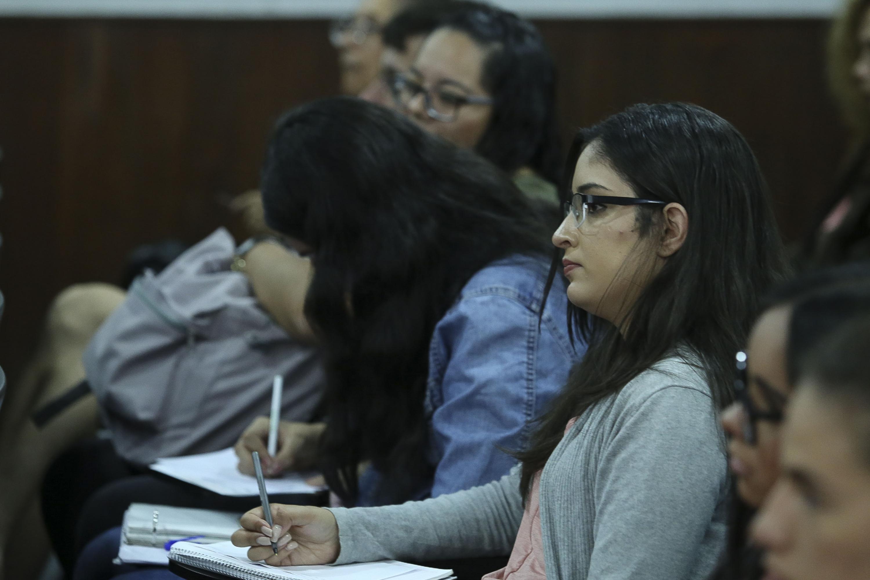 """Publico asistente a la Mesa """"Papel de la universidad ante la sociedad actual"""", en el Centro Universitario de Ciencias Sociales y Humanidades (CUCSH)."""