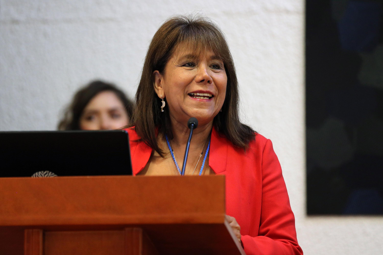 Doctora Silvia Lerma Partida, coordinadora de la Maestría en Ciencias de la Salud, la Adolescencia y la Juventud del CUCS; en podium del evento, haciendo uso de la palabra.