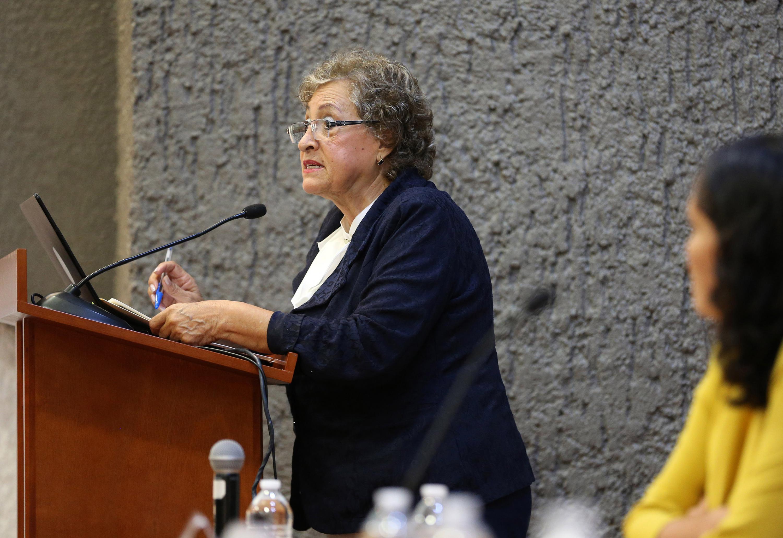 Doctora María del Refugio Cabral de la Torre, Jefa del Departamento de Enfermería para la Atención, Desarrollo y Preservación de la Salud Comunitaria del CUCS; en podium del evento, haciendo uso de la palabra.