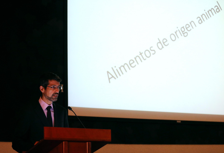 Doctor Carlos Alejandro Hidalgo Rasmussen, investigador del Centro Universitario del Sur; en podium del evento, haciendo uso de la palabra.