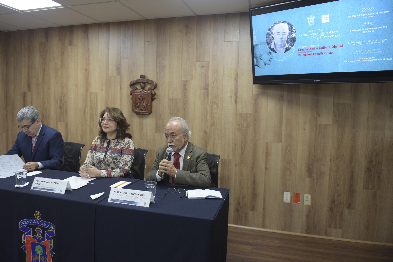 Jefe del Departamento de Estudios de la Comunicación Social, del Centro Universitario de Ciencias Sociales y Humanidades (CUCSH), doctor Guillermo Orozco Gómez, haciendo uso de la palabra durante rueda de prensa