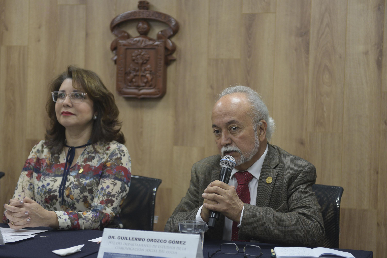 Jefe del Departamento de Estudios de la Comunicación Social, del Centro Universitario de Ciencias Sociales y Humanidades (CUCSH), doctor Guillermo Orozco Gómez, hablando frente al micrófono durante rueda de prensa