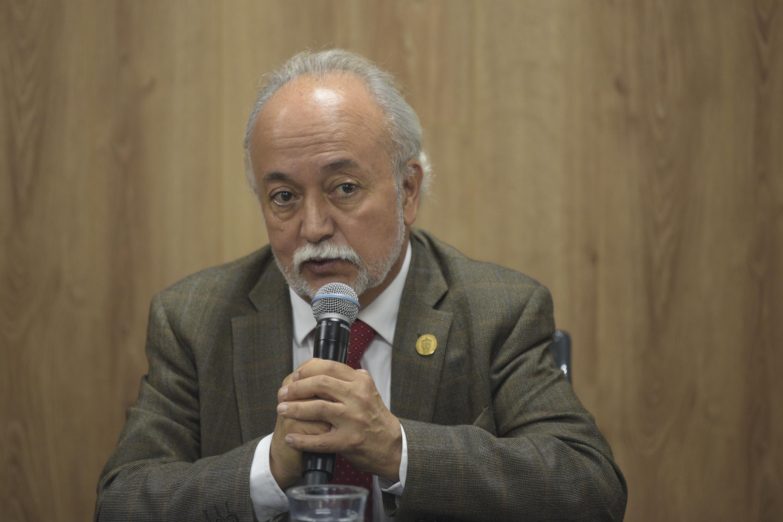 Jefe del Departamento de Estudios de la Comunicación Social, del Centro Universitario de Ciencias Sociales y Humanidades (CUCSH), doctor Guillermo Orozco Gómez, participando en  rueda de prensa